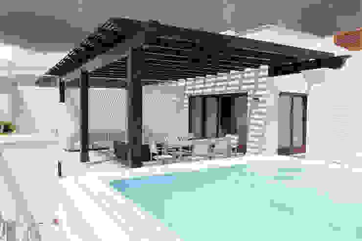 Pérgola de madera con cubierta de listones Balcones y terrazas mediterráneos de COBERTI Mediterráneo Madera Acabado en madera