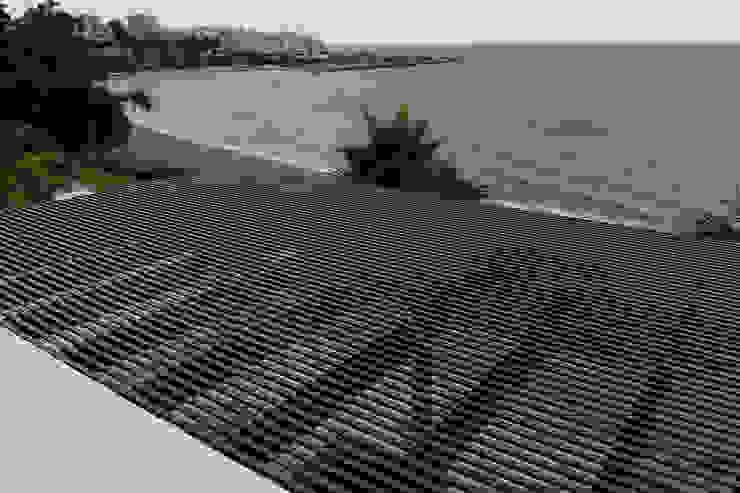 Cubierta de listones en pérgola Balcones y terrazas mediterráneos de COBERTI Mediterráneo Madera Acabado en madera