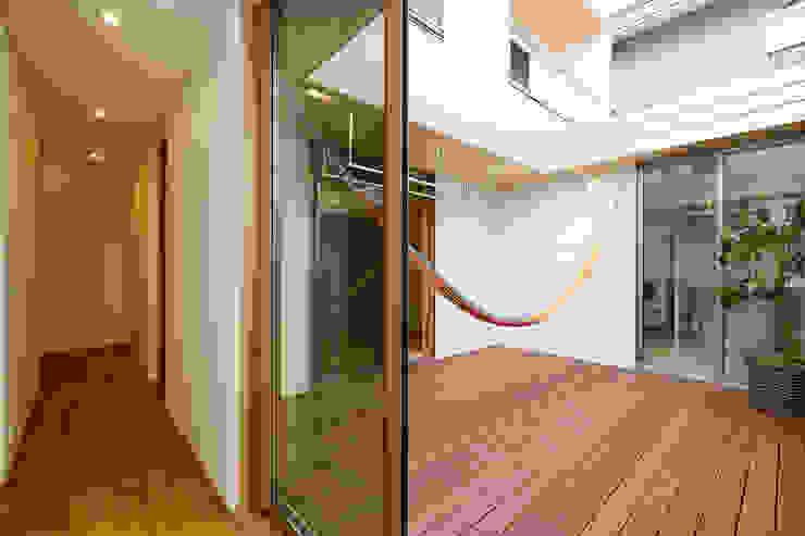 Moderner Balkon, Veranda & Terrasse von スタジオグラッペリ 1級建築士事務所 / studio grappelli architecture office Modern
