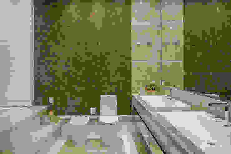 Moderne Badezimmer von Designer de Interiores e Paisagista Iara Kílaris Modern Marmor