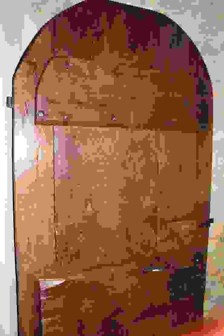 Antica porta di Portantica; porte e portoni vecchi Rustico Legno massello Variopinto