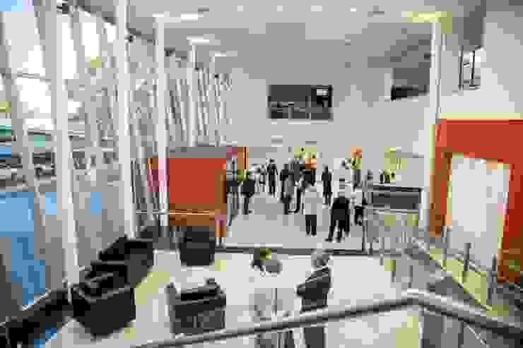 HALL Y SALA DE ESPERA Estudios y oficinas modernos de LOSADA ARQUITECTURA Moderno Vidrio