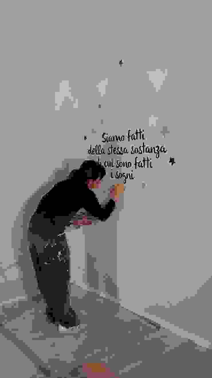Frase dipinta su muro e stelle di LAB - officina d'arte & restauro