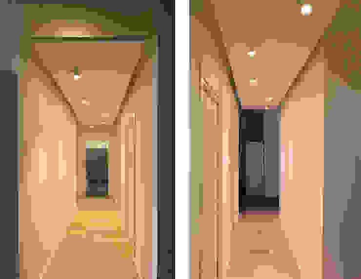 Modern corridor, hallway & stairs by diegogiovannenza|architetto Modern
