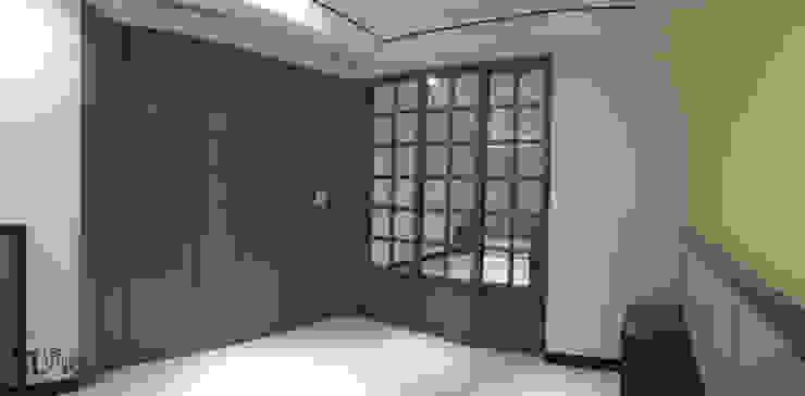 次臥室橫拉門及更衣間隱藏門 根據 宗霖建築設計工程 隨意取材風