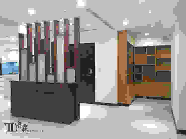 入口玄關及展示櫃 隨意取材風玄關、階梯與走廊 根據 宗霖建築設計工程 隨意取材風