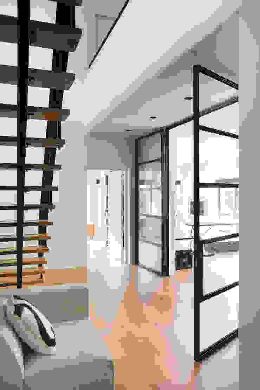 Modern Corridor, Hallway and Staircase by VASD interieur & architectuur Modern