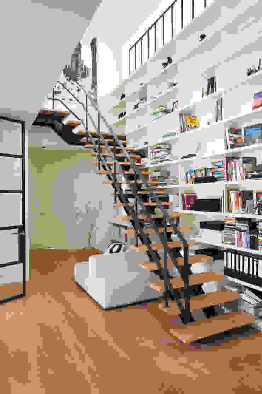 現代風玄關、走廊與階梯 根據 VASD interieur & architectuur 現代風