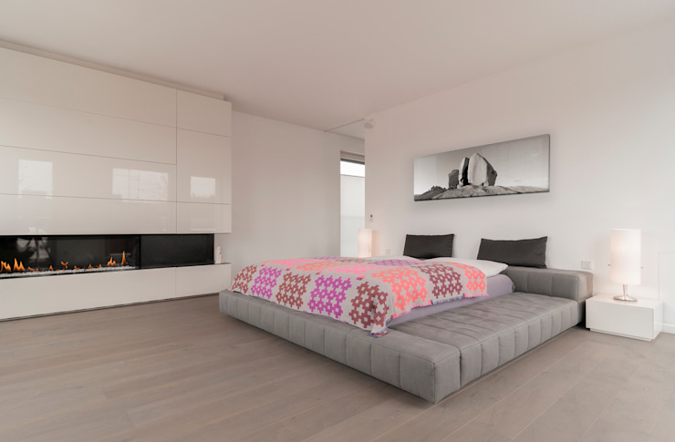 Modern Bedroom by Egg and Dart Corporation GmbH & Co.KG | München Modern