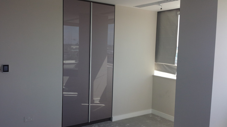 Fitted Hinged Door Wardrobes de Kleiderhaus ltd Moderno Vidrio