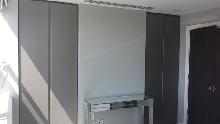 Fitted Hinged Door Wardrobes de Kleiderhaus ltd Moderno