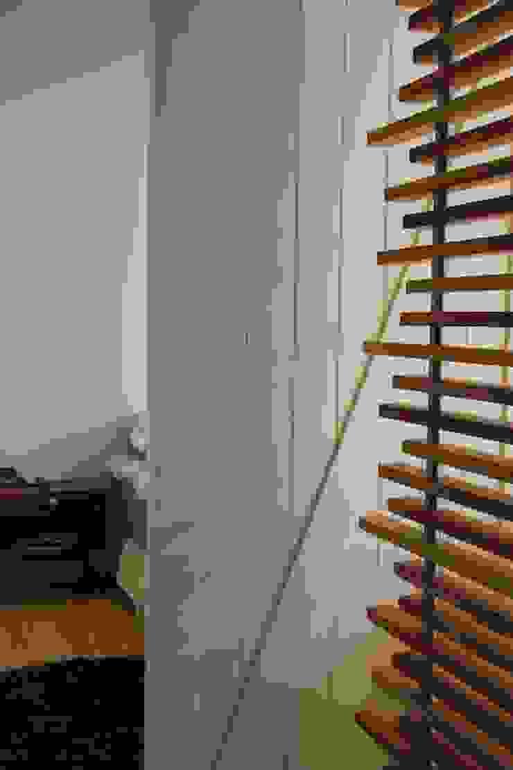 Puerta acceso habitación principal de KDF Arquitectura Moderno Madera Acabado en madera