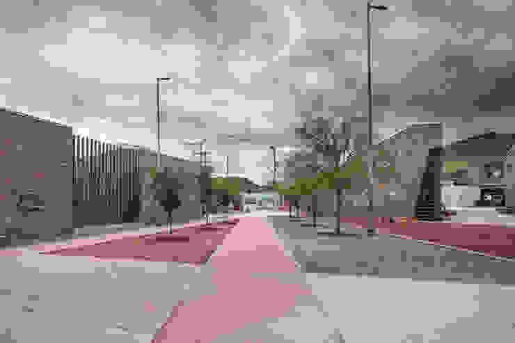"""Centro Comunitario """"Vistas del Cerro Grande"""" Pasillos, vestíbulos y escaleras eclécticos de ARQUITECTURA EN PROCESO Ecléctico Piedra"""