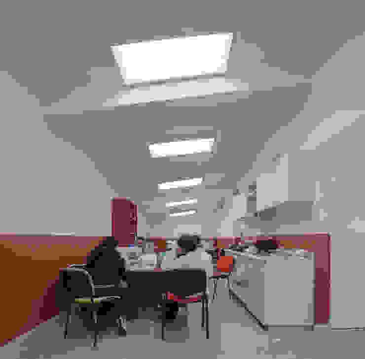 """Centro Comunitario """"Vistas del Cerro Grande"""" ARQUITECTURA EN PROCESO Oficinas de estilo ecléctico Piedra"""