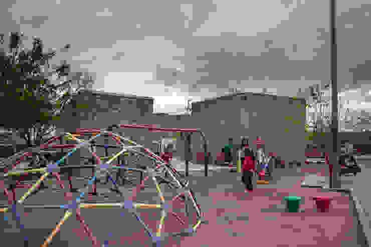 """Centro Comunitario """"Vistas del Cerro Grande"""" Jardines eclécticos de ARQUITECTURA EN PROCESO Ecléctico Piedra"""