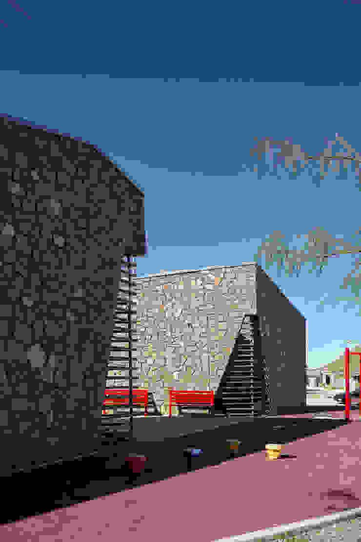 """Centro Comunitario """"Vistas del Cerro Grande"""" ARQUITECTURA EN PROCESO Puertas y ventanas de estilo ecléctico Piedra"""
