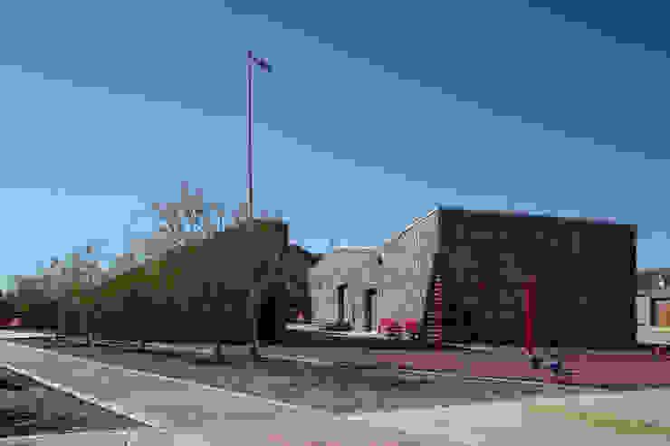 """Centro Comunitario """"Vistas del Cerro Grande"""" Puertas y ventanas eclécticas de ARQUITECTURA EN PROCESO Ecléctico Piedra"""