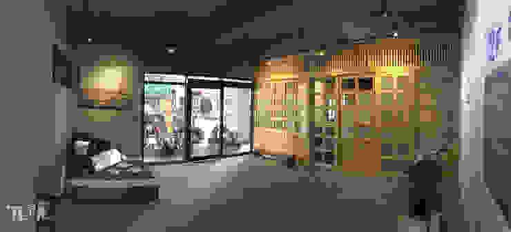 側邊出入口:藝文走廊 根據 宗霖建築設計工程 工業風
