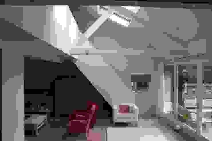 Modern living room by JE-ARCHITECTEN Modern