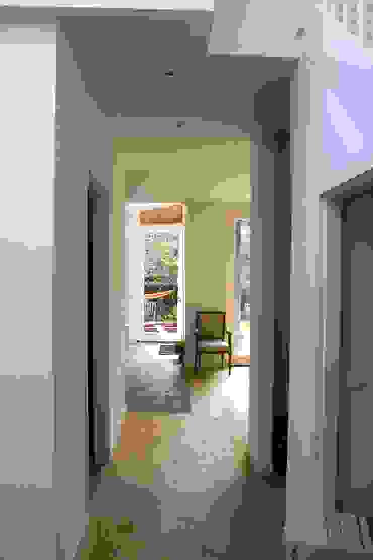 Modern corridor, hallway & stairs by JE-ARCHITECTEN Modern