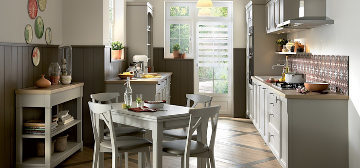 Shaker style small kitchen with dining table by Schmidt Classic style kitchen by Schmidt Kitchens Barnet Classic Wood Wood effect
