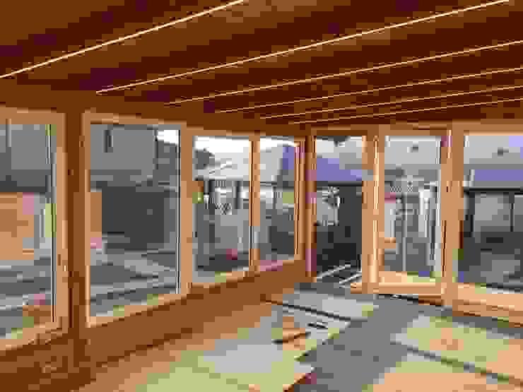 Struttura con illuminazione a Led, serramenti a taglio termico in PVC e vetro climatico e Pavimento in laminato Svitavvita Snc Giardino d'inverno moderno
