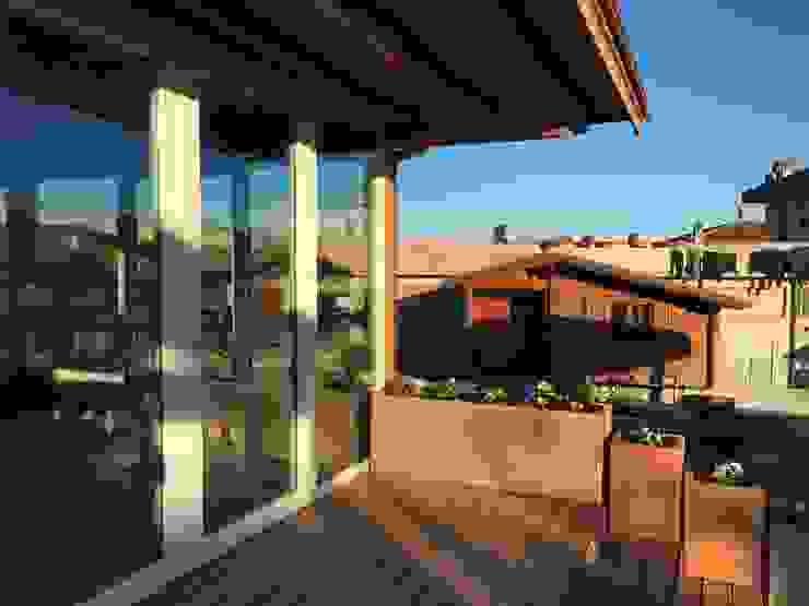 Decking esterno con fioriere in Larice Svitavvita Snc Giardino d'inverno moderno