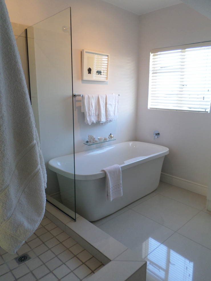 Moderne badkamers van Claire Cartner Interior Design Modern Keramiek