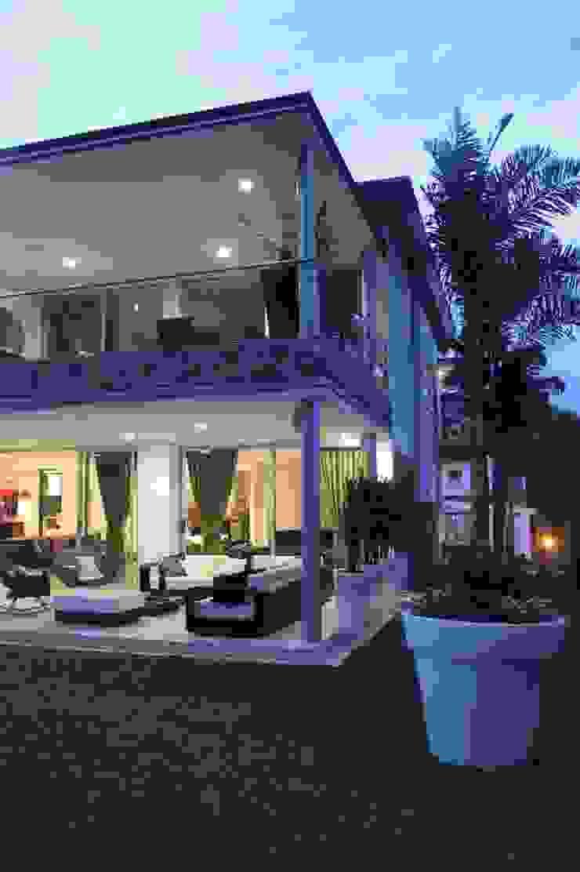 EXTERIOR Balcones y terrazas modernos de IngeniARQ Moderno