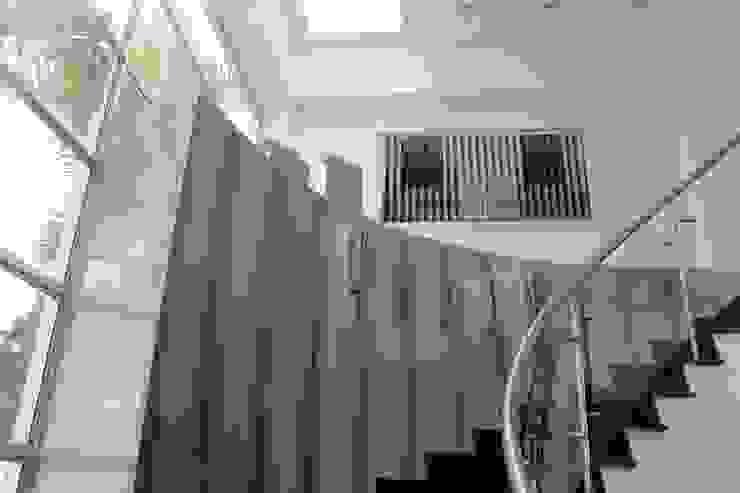 INTERIOR Pasillos, vestíbulos y escaleras modernos de IngeniARQ Moderno