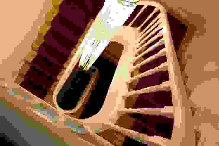 Detalhe escadaria Hotéis escandinavos por Alma Braguesa Furniture Escandinavo