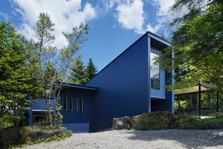 Appearance of the house facing the road 久保田章敬建築研究所 Modern Houses Iron/Steel Blue