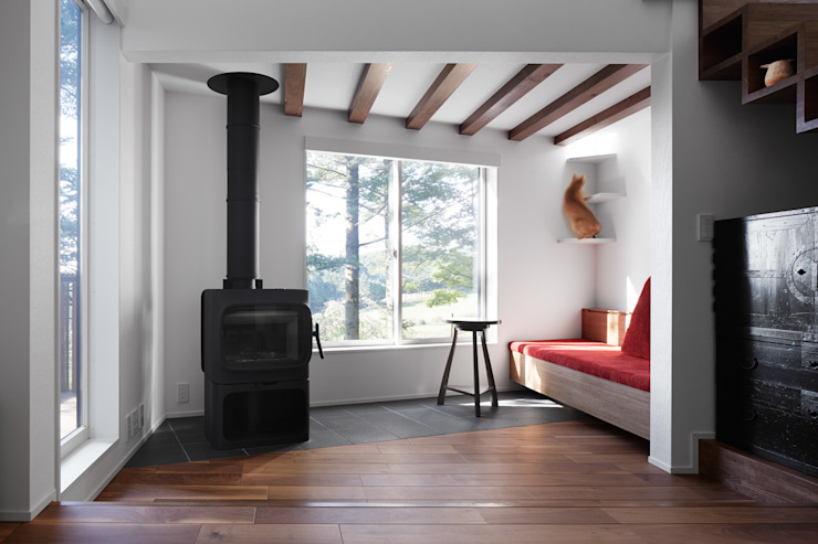 Coner of living with a fireplace & a catstep 久保田章敬建築研究所 Modern Living Room