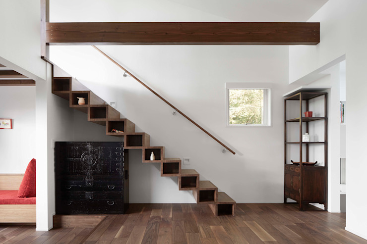 Cantilevered staircase structure Modern corridor, hallway & stairs by 久保田章敬建築研究所 Modern Wood Wood effect