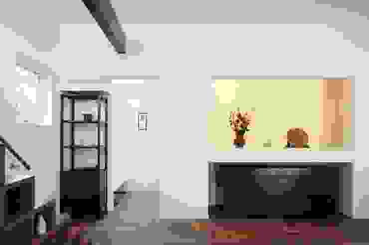 Display wall of glass 久保田章敬建築研究所 Modern Living Room