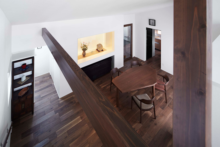 Living room is seen from a view room 久保田章敬建築研究所 Modern Living Room