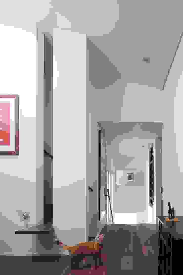 Corridor connected with an entrance 久保田章敬建築研究所 Modern Corridor, Hallway and Staircase