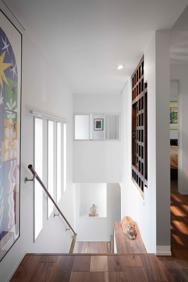Staircase space used an antique door 久保田章敬建築研究所 Modern Corridor, Hallway and Staircase