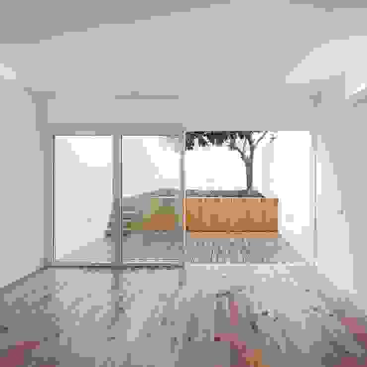 Sala - Jardim Tiago Filipe Santos - Arquitetura Salas de estar minimalistas Branco