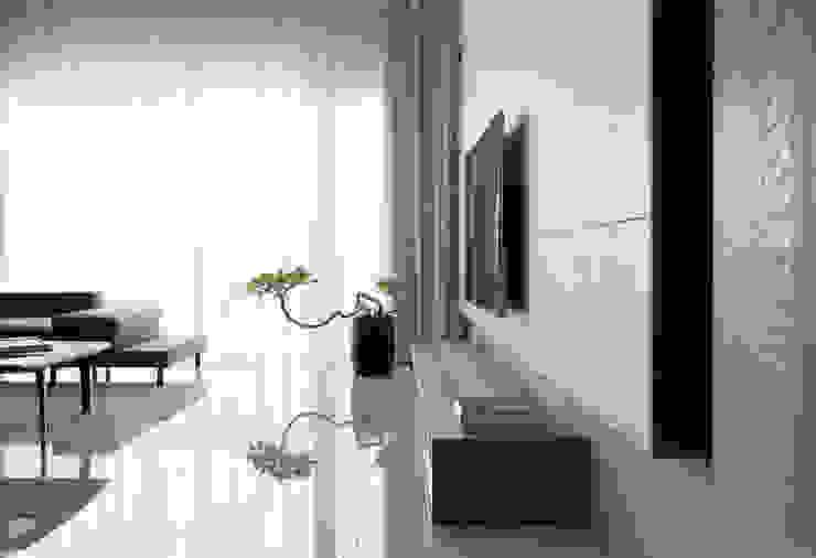 Salon moderne par 賀澤室內設計 HOZO_interior_design Moderne