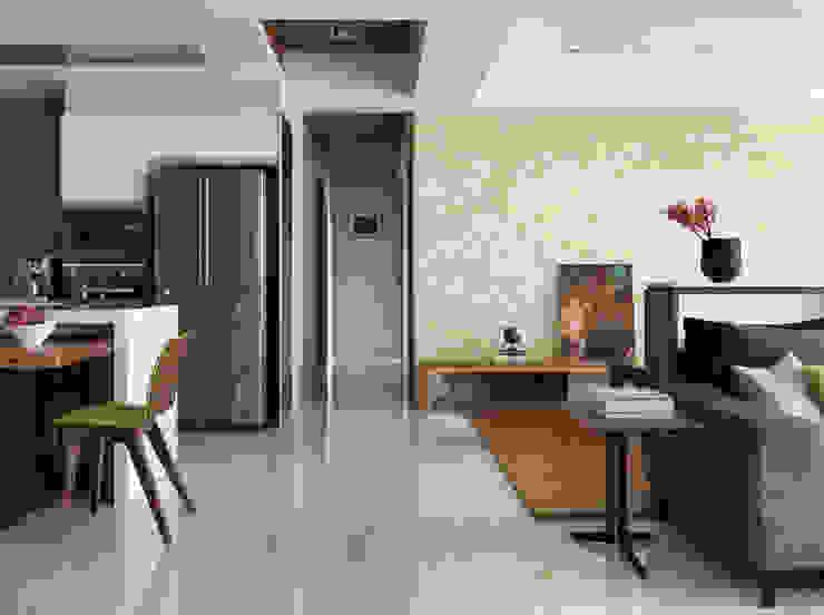 Couloir, entrée, escaliers modernes par 賀澤室內設計 HOZO_interior_design Moderne