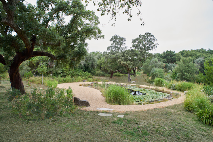 Garden with natural swimming pool โดย Atelier Jardins do Sul ผสมผสาน