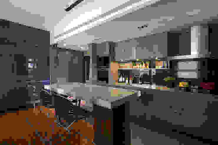 開放式廚房 現代廚房設計點子、靈感&圖片 根據 藻雅室內設計 現代風 石板