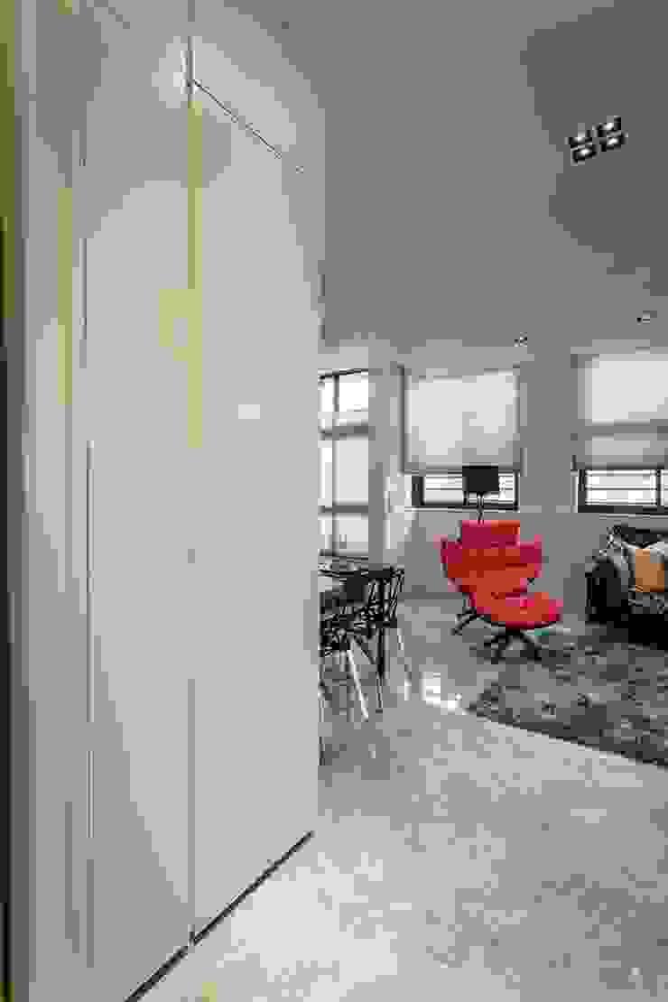 玄關鞋櫃 Modern Corridor, Hallway and Staircase by 你你空間設計 Modern