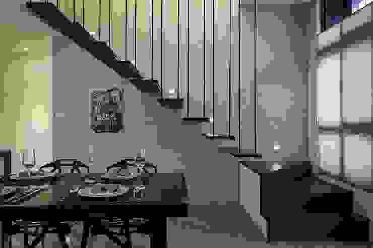 Pasillos, vestíbulos y escaleras modernos de 你你空間設計 Moderno