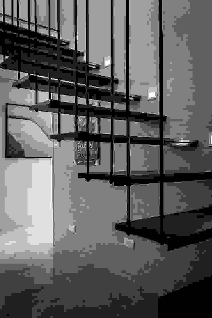 鐵件樓梯 Modern Corridor, Hallway and Staircase by 你你空間設計 Modern
