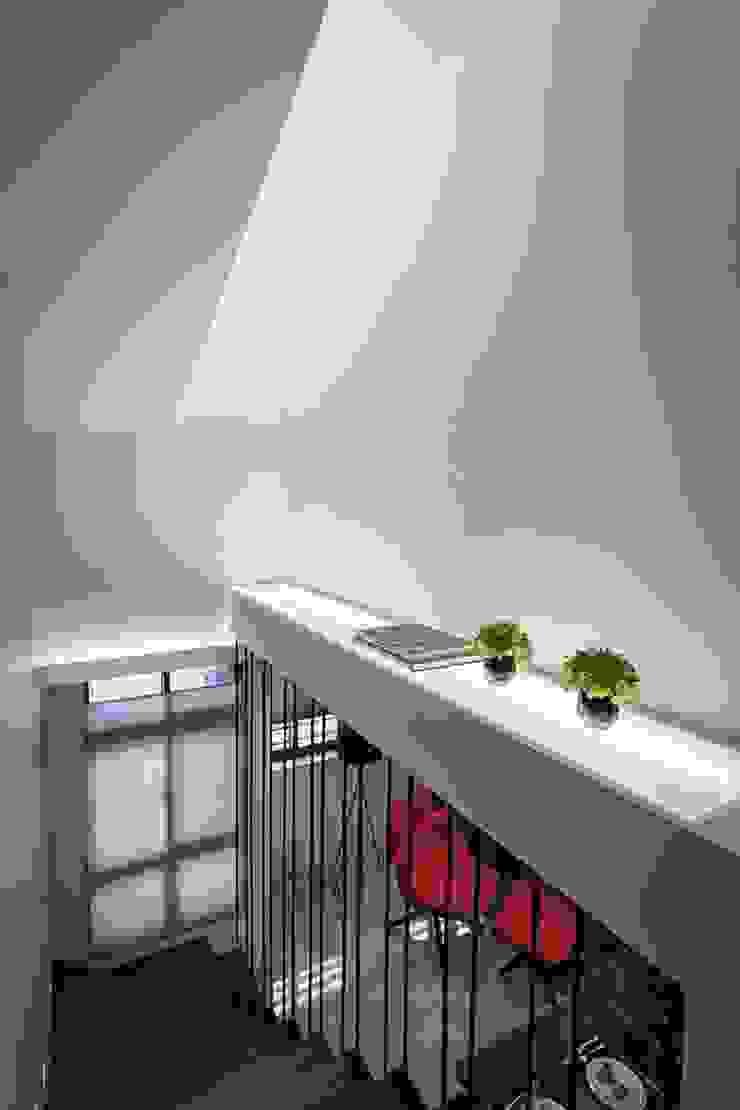 樓梯平台 Modern Corridor, Hallway and Staircase by 你你空間設計 Modern