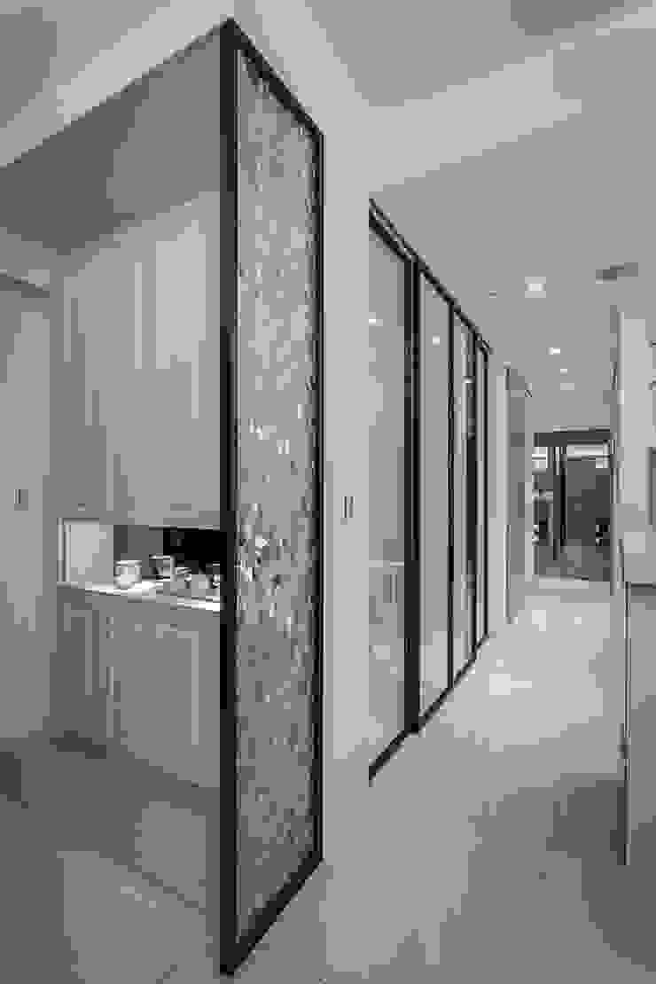 穿透層次 現代風玄關、走廊與階梯 根據 你你空間設計 現代風