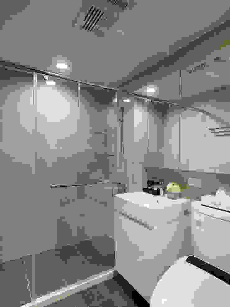 神設計!29坪4房2廳暢快人生 現代浴室設計點子、靈感&圖片 根據 大集國際室內裝修設計工程有限公司 現代風