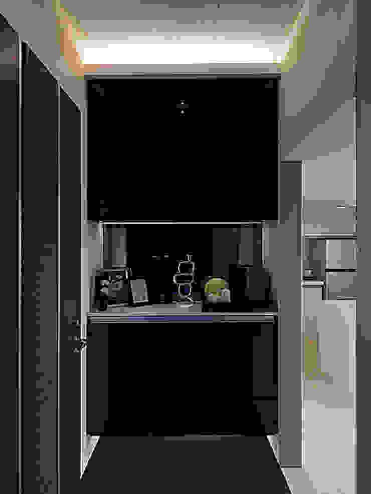 Pasillos, vestíbulos y escaleras de estilo moderno de 大集國際室內裝修設計工程有限公司 Moderno